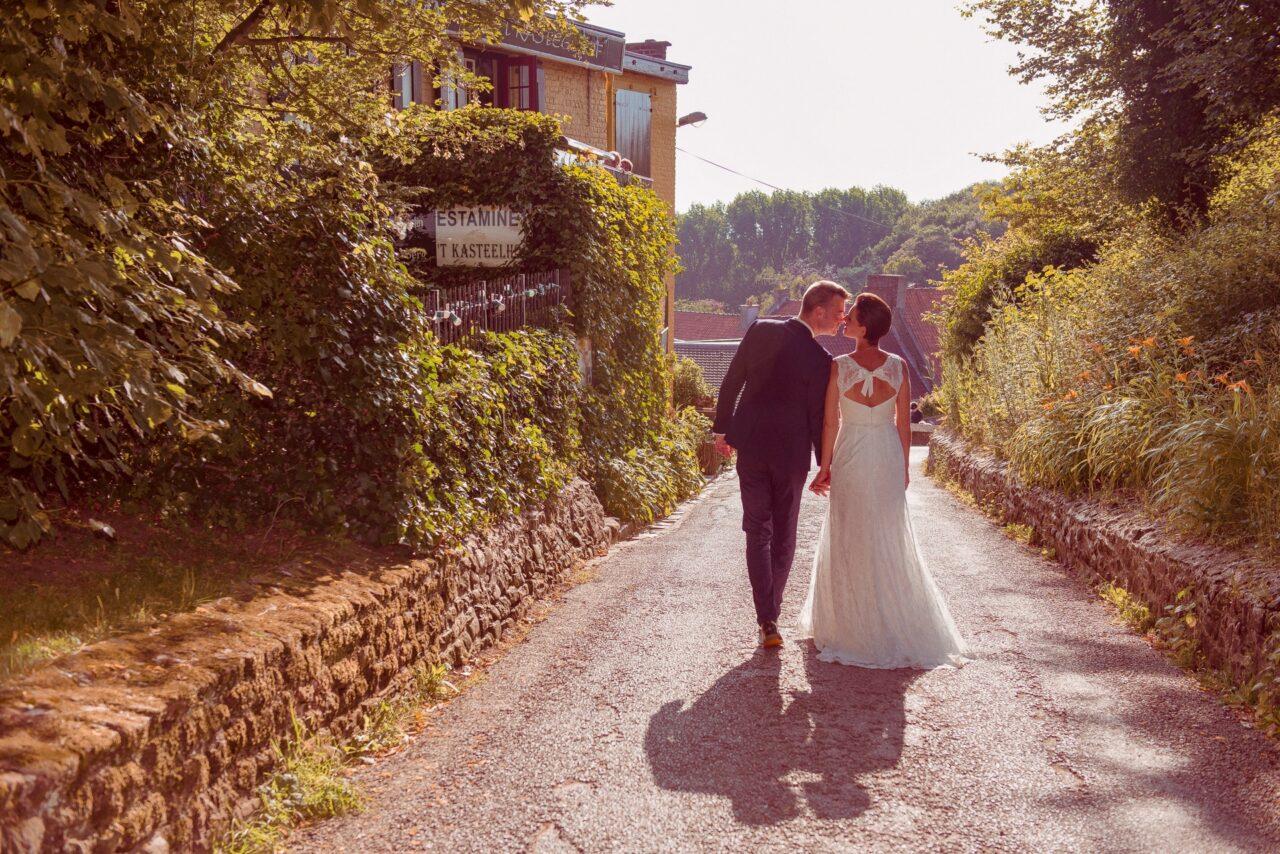 Couple de mariés de dos à Cassel proche du moulin