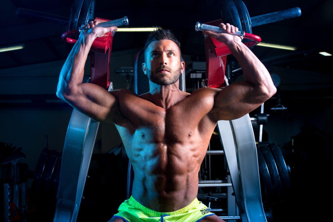Photographie fitness, homme musculation épaule . Salle de sport hyper fitness coudekerque-branche