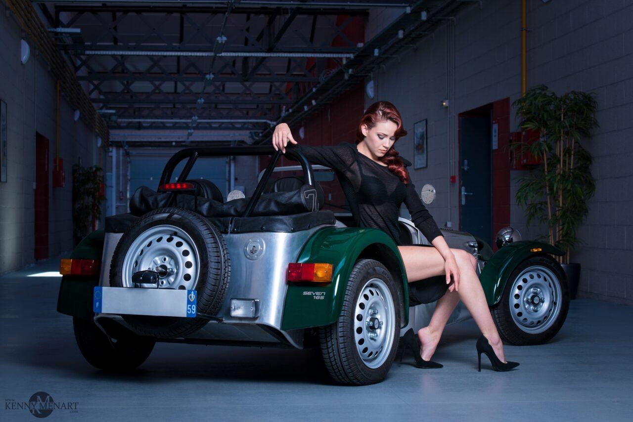 Jolie modèle Auburn assise sur la caterham
