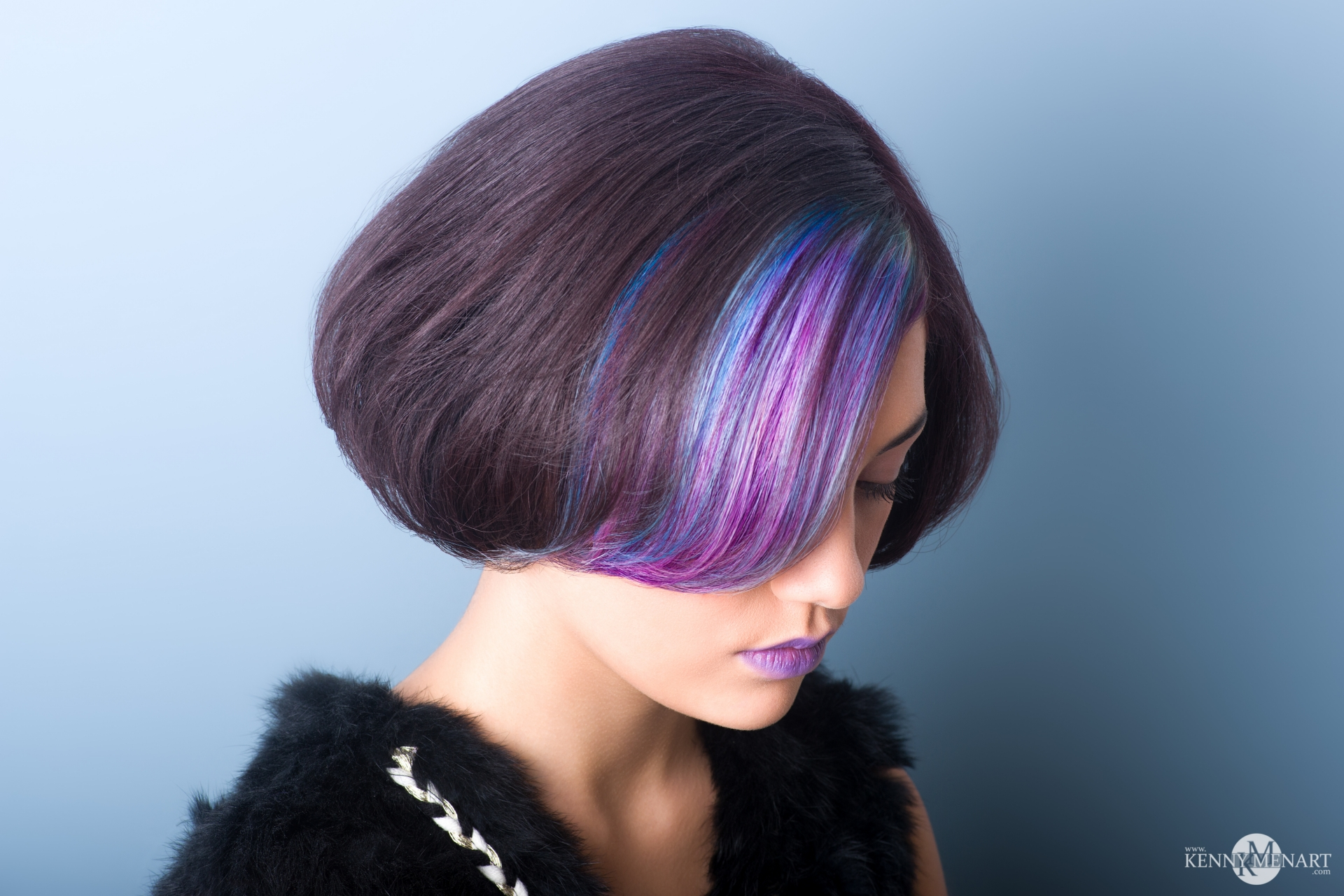 Coiffure mèches dégradé de bleu violet
