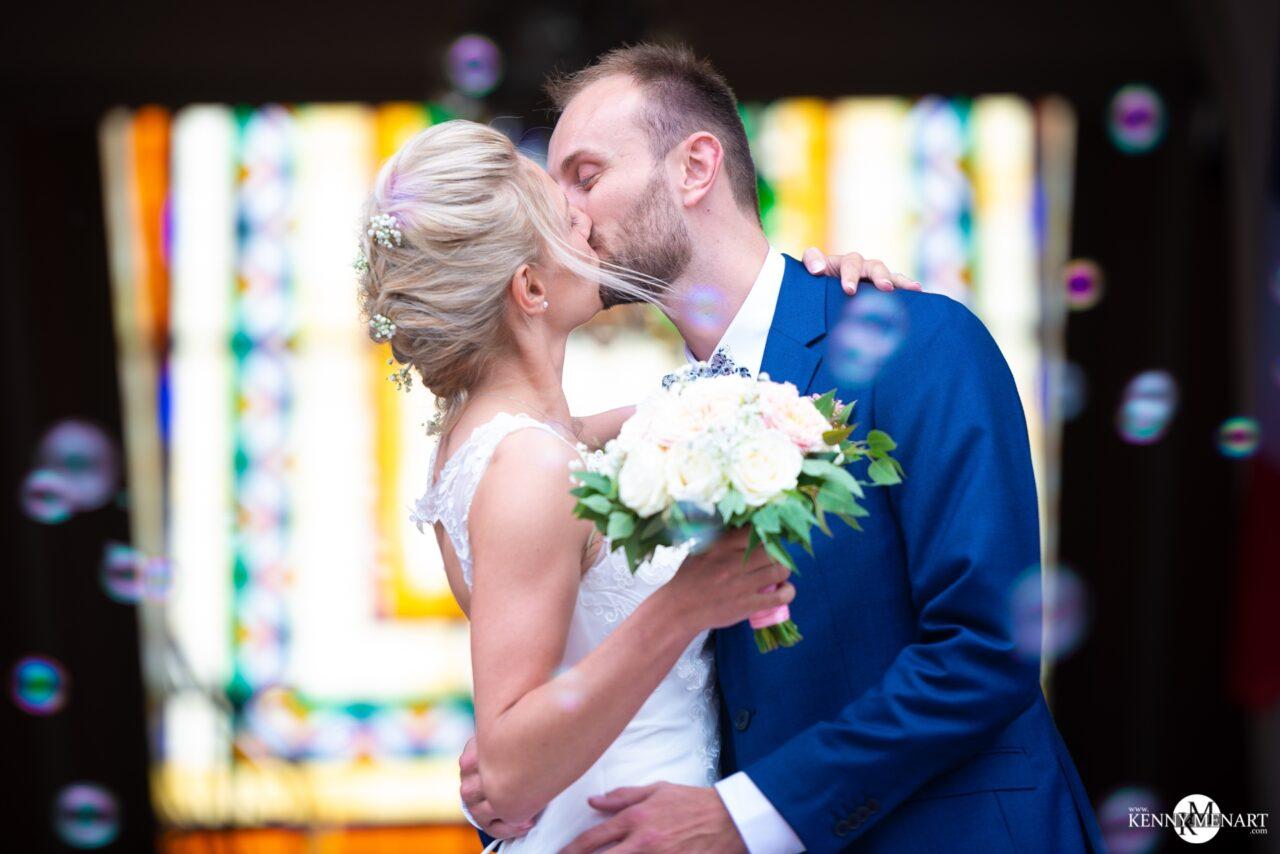 Baisé des mariés à la sortie de l'église