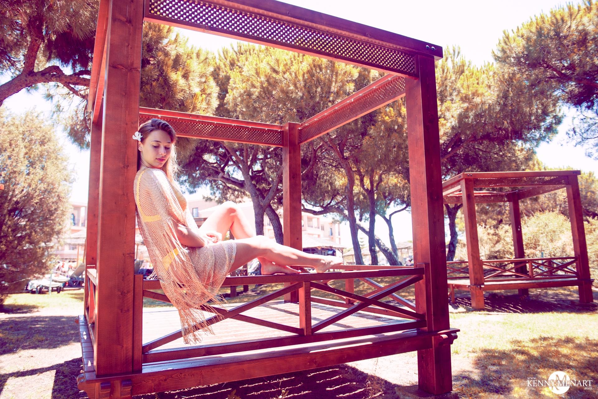 photo naturelle d'une fille assise au bord du baldaquin