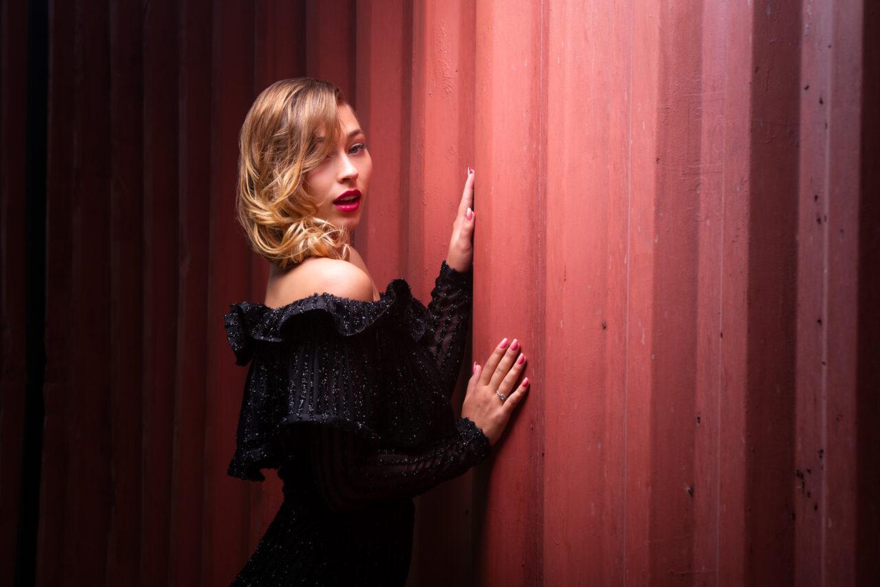 photo retouchée, modèle en robe noir de soirée coiffée par jerome levas