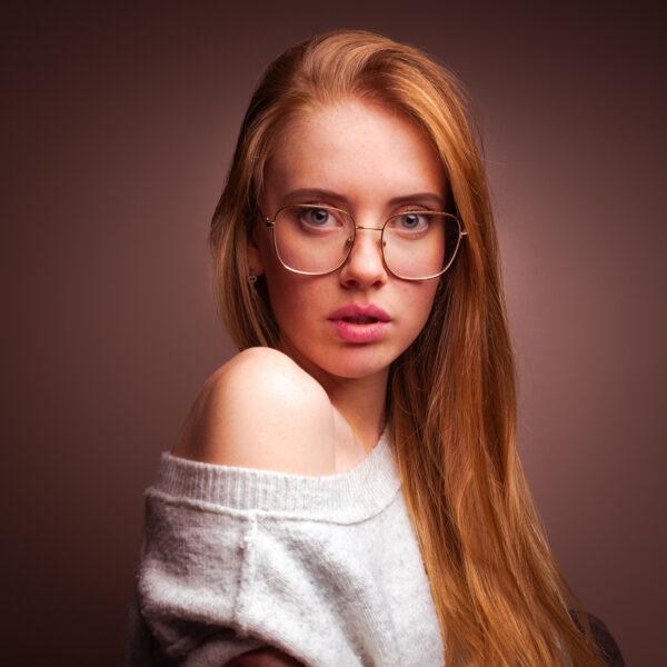 portrait fille rousse à lunette couleur chaleureuse