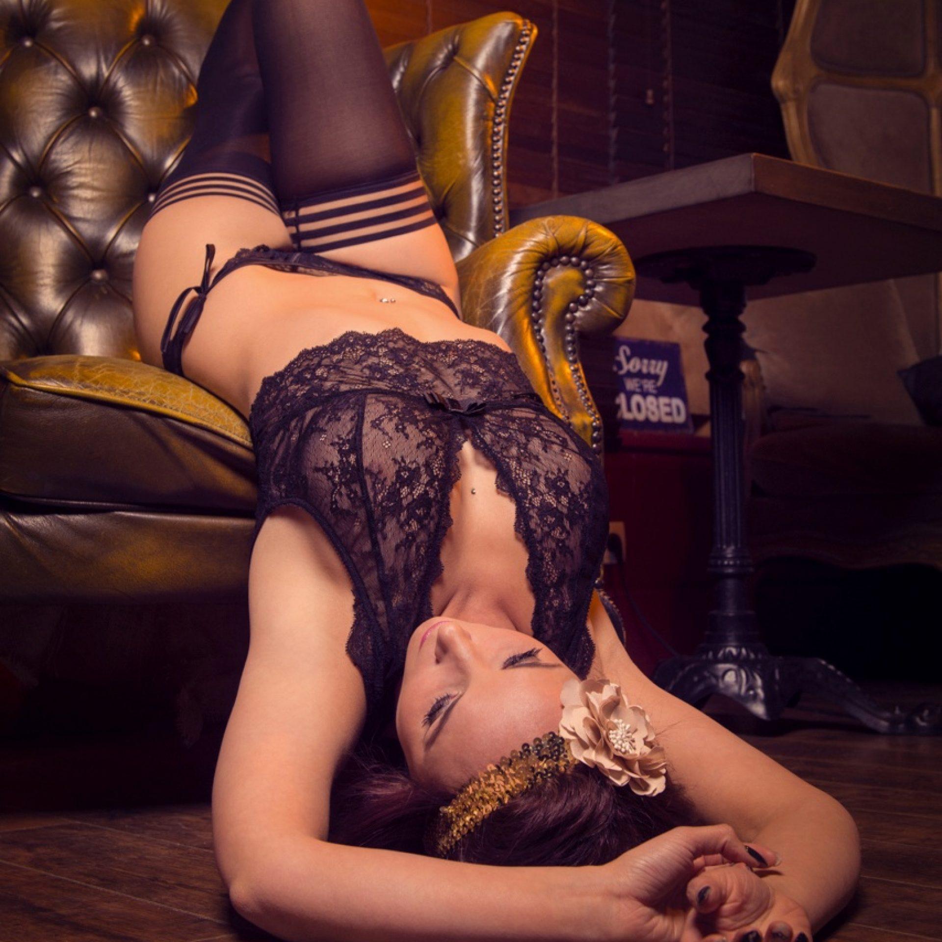 Photo boudoir au bord du fauteuil